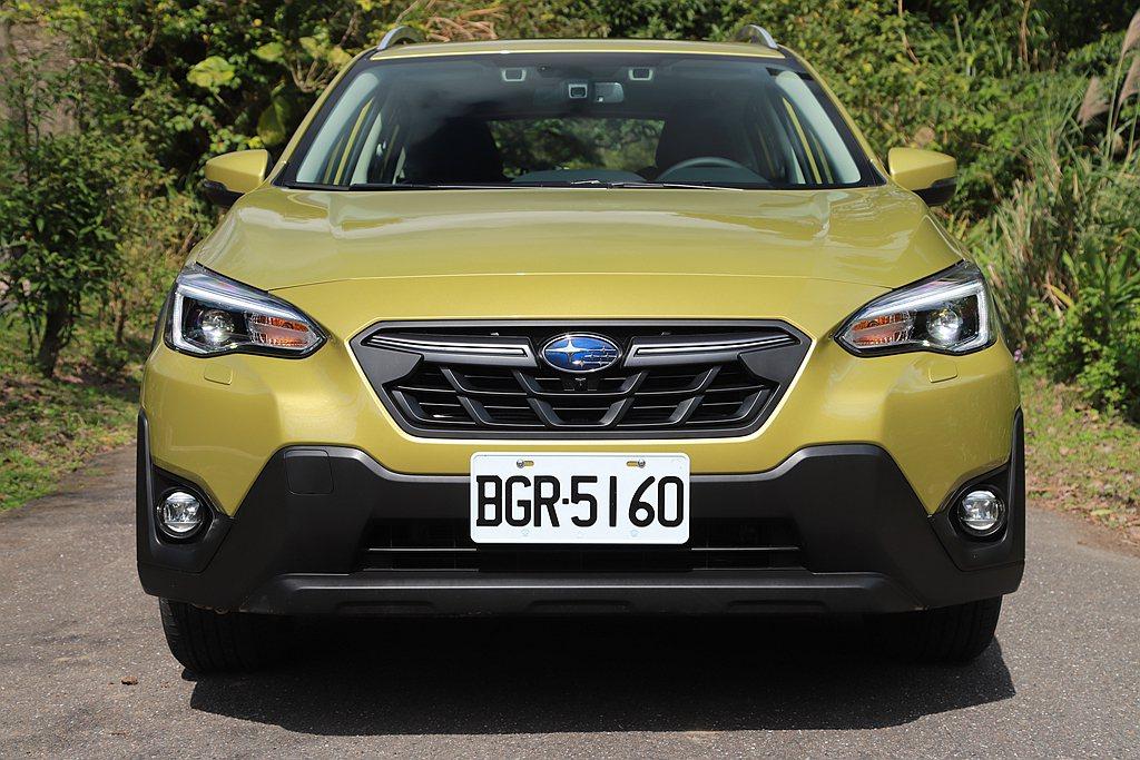小改款Subaru XV換上全新造型的水箱護罩與前保桿,並加強防刮霧面材質的使用...