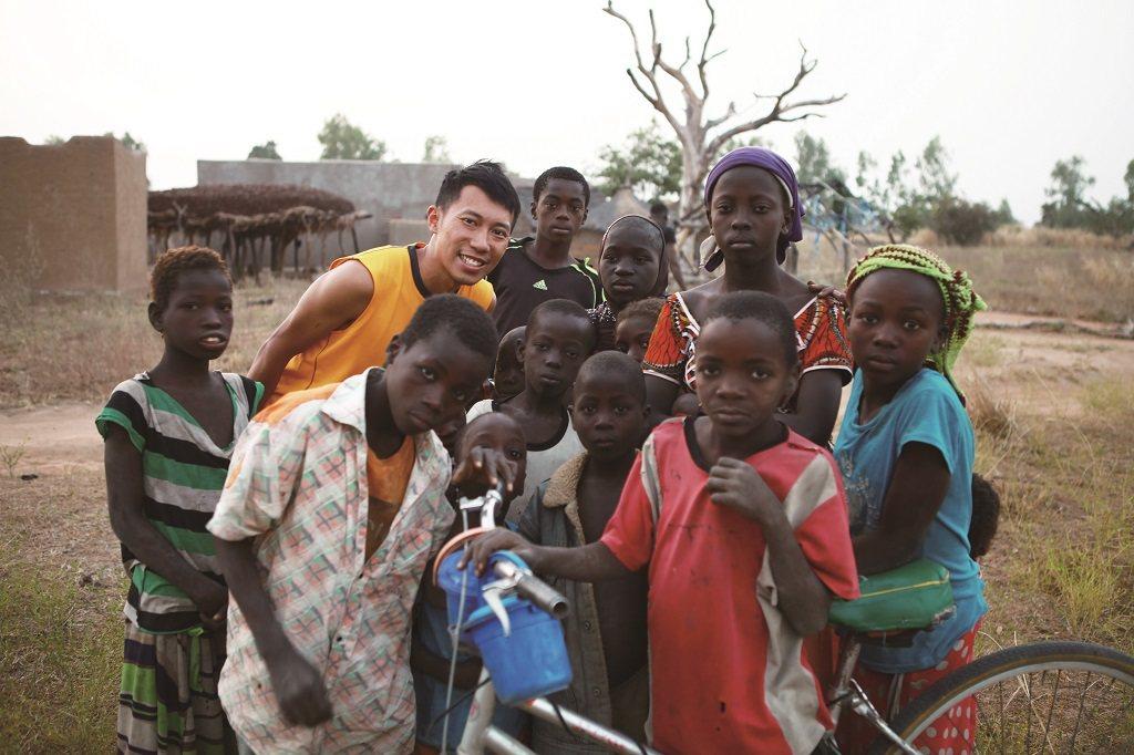 隨著比賽移地訓練,陳彥博的足跡遍及世界各個角落,也十分融入當地生活。(照片提供/...