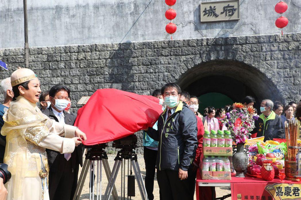 黃偉哲市長與陳亞蘭製作人共同主持開鏡儀式。  臺南市政府/提供