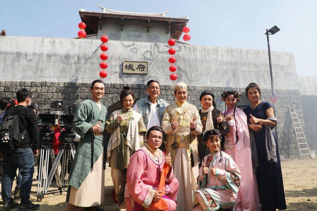 陳亞蘭(第二排中)與主要演員合影。  臺南市政府/提供