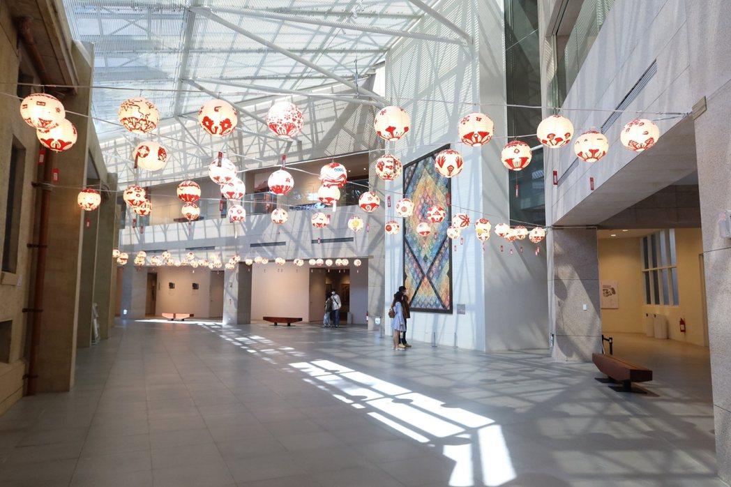 白色燈籠與藝術家蘇世雄的《絢爛南國虹彩夢幻》公共藝術作品相映成趣。南美館/提供