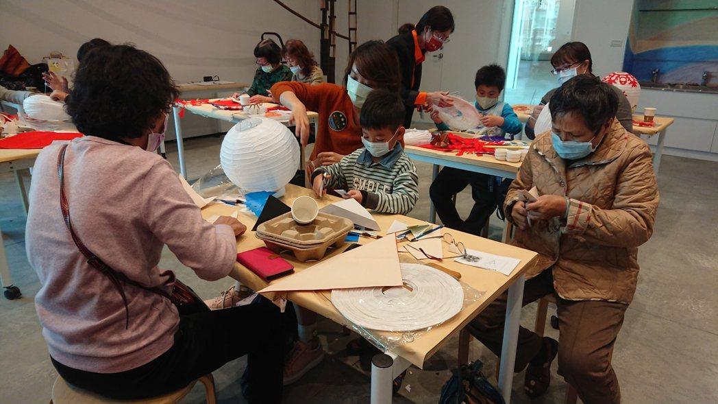 「牛刀小試剪紙燈籠創作」活動邀請南美里民、志工、新住民等一同參與。南美館/提供