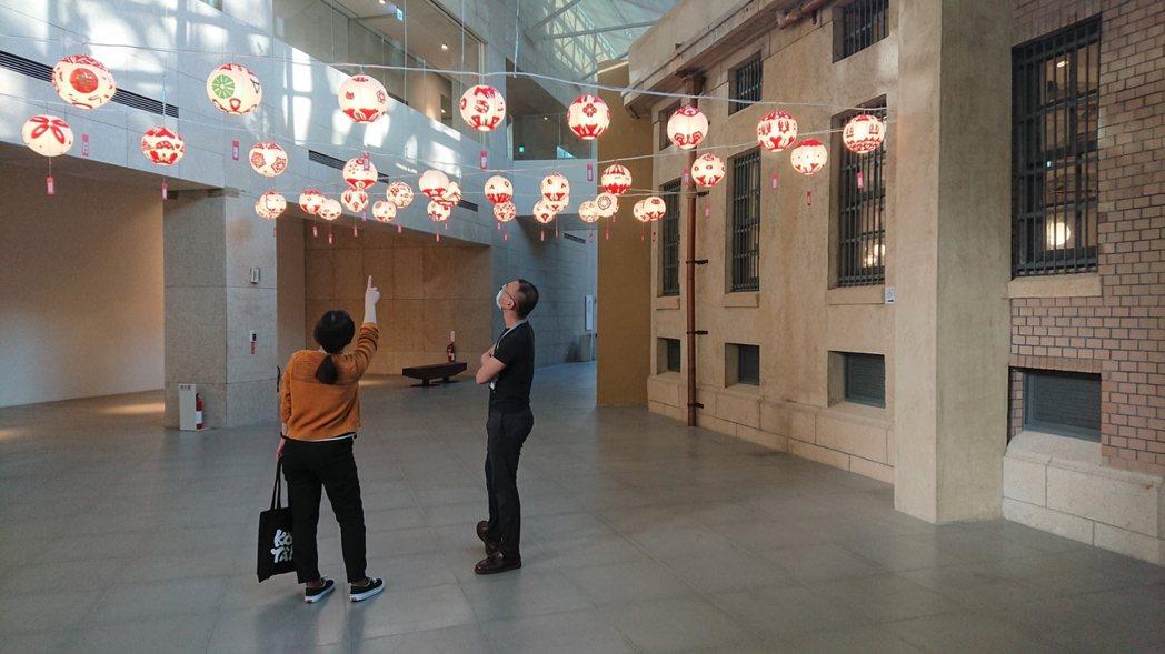 歡迎民眾走近觀賞每一個獨一無二的手作燈籠。南美館/提供