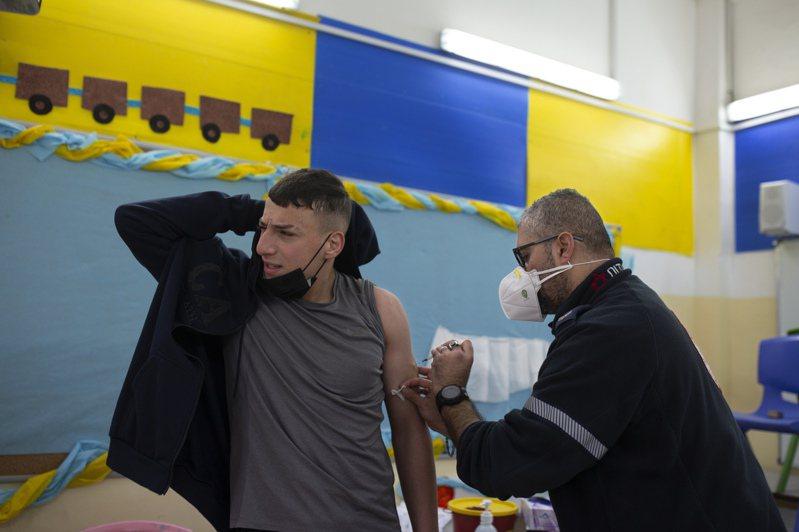 以色列是全球新冠疫苗接種進度最快的國家,目前已有近半數國民接種至少一劑疫苗。 美聯社