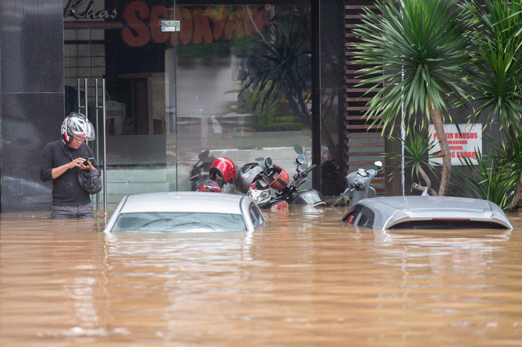 印尼首都雅加達在2月19日下起滂沱大雨,雅加達的整個周邊地區和數十條主要交通幹道...