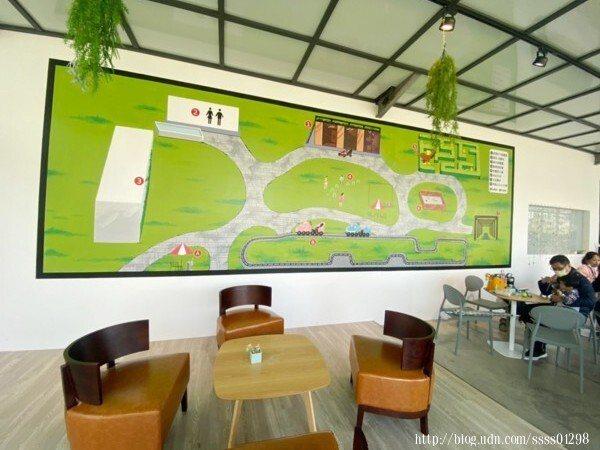 用餐空間有一面牆呈現出戶外園區的全景地圖,每項設施都有清楚的位置編號