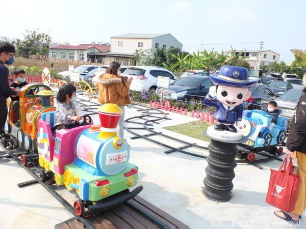 阿里山小小火車也表現出獨有的嘉義特色,小朋友坐小火車超開心的