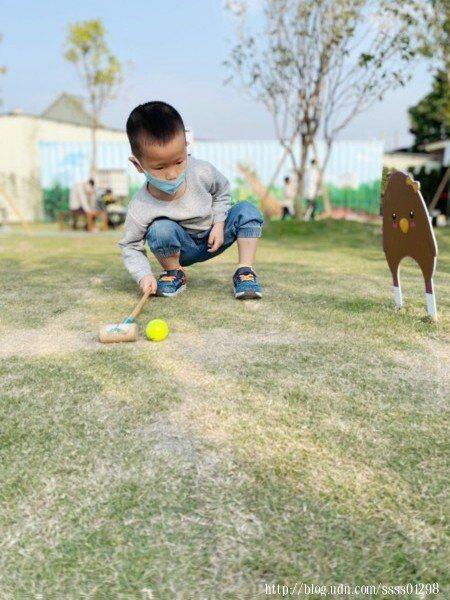 動物槌球場就在園區內的草地上,好多家長帶小孩來這裡放鬆遊戲,氣氛歡樂