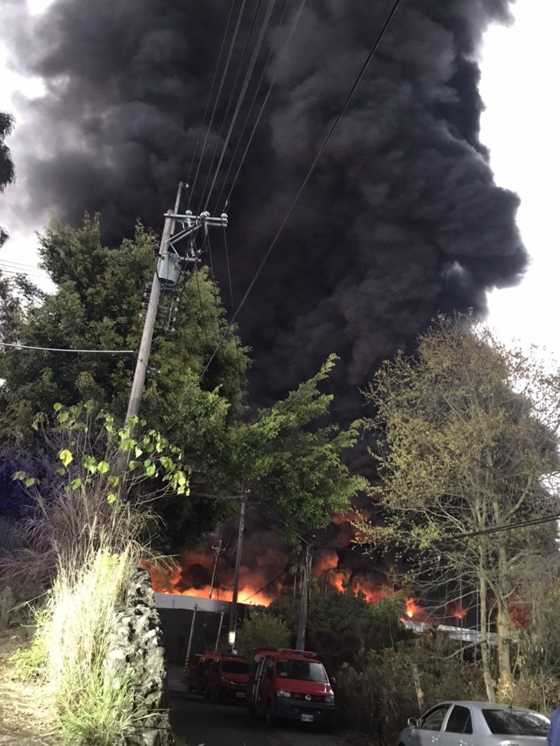 台中市后里一家橡膠工廠起火,火勢猛烈,濃煙不斷從廠內竄出,黑煙籠罩整個天際。圖/台中市消防局提供