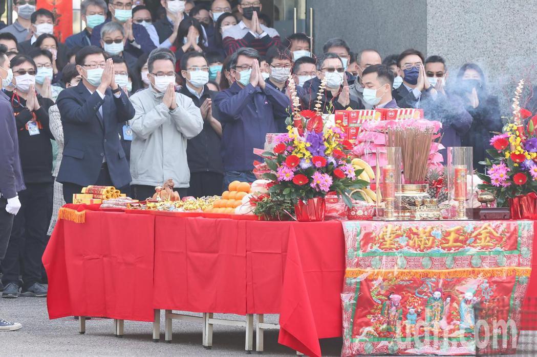 鴻海上午舉行新春團拜開工典禮,由董事長劉揚偉(前排左一)率領員工進行團拜。記者葉...