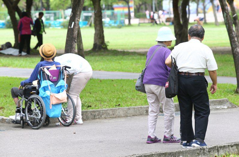 小額終老保險原則上是不須體檢,對高齡或是有體況的民眾來說,投保限制較友善。圖/聯合報系資料照片