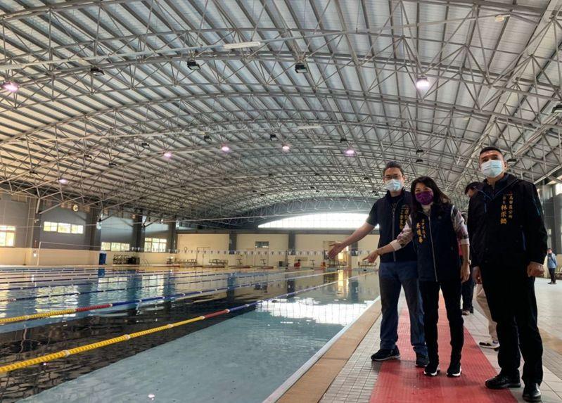 台中市議員吳瓊華(中)昨天邀集運動局等單位會勘烏日區游泳池,盼增設軟硬體設施,藉以提高民眾使用意願。圖/吳瓊華提供
