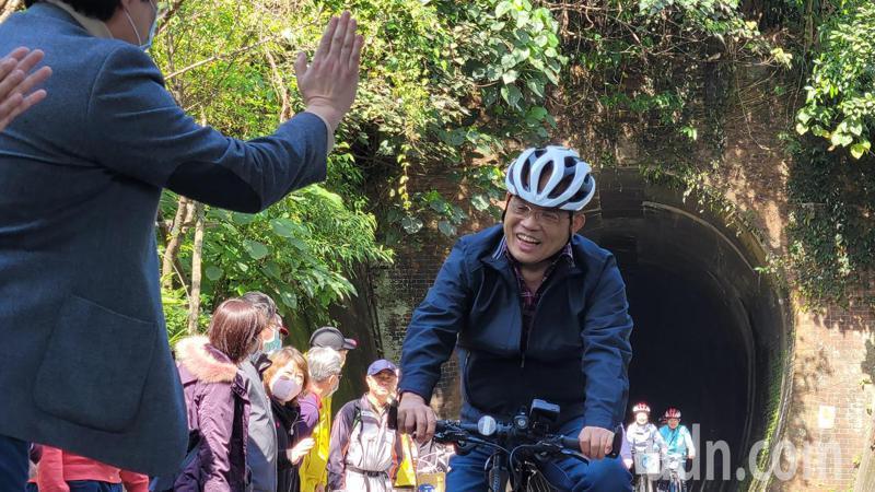 蘇揆騎自行車汐止通基隆,宣布中央補助1.8億接通斷點。記者游明煌/攝影