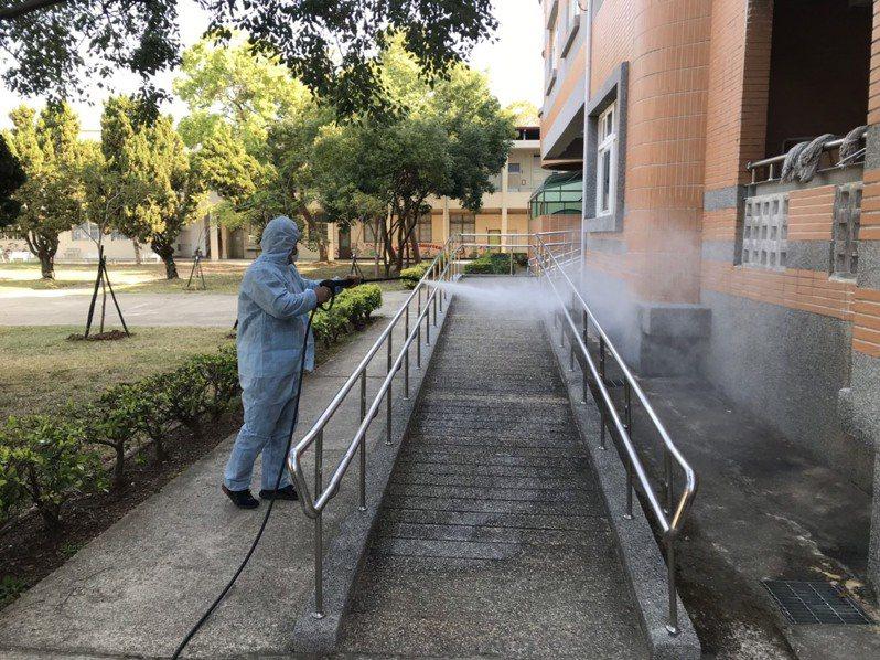 各鄉鎮公所清潔隊人員針對學校內公共設施加強消毒,如教室外走廊、川堂、洗手台、廁所、溜滑梯遊樂設施、球場等,學生及民眾容易觸摸到的地方進行消毒作業。圖/縣府提供