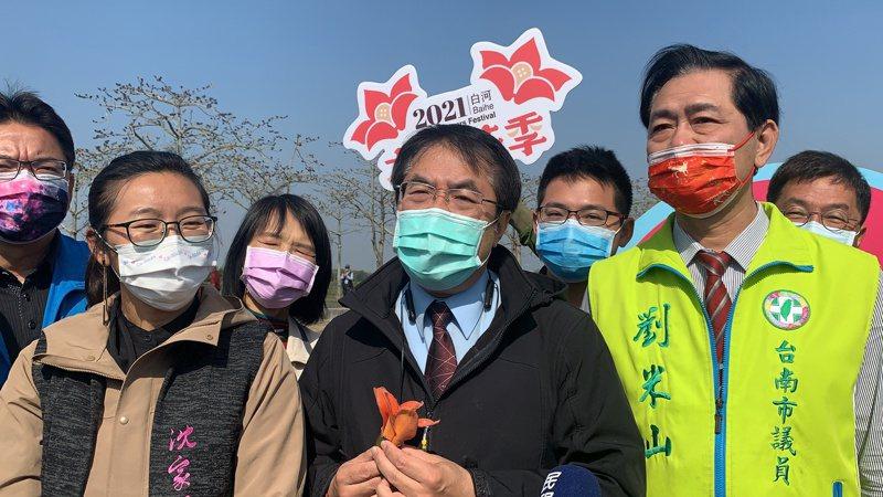 台南市長黃偉哲今天在白河木棉花季開幕活動受訪慶典及觀光如何兼顧防疫。記者吳淑玲/攝影