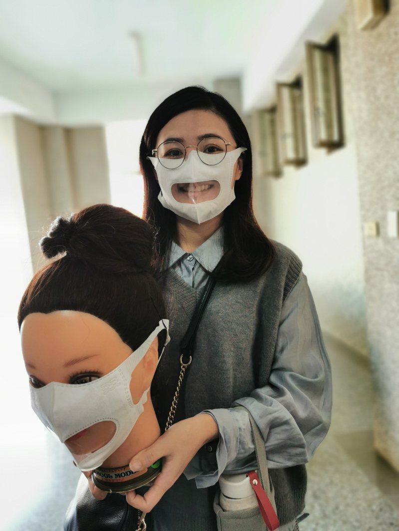 特教老師戴上新式透明口罩, 直言這對特教工作將有很大幫助。記者卜敏正/攝影
