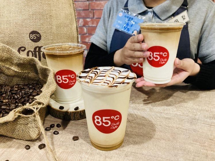 85℃在一月初推出三款全新風味拿鐵咖啡,上市三周就熱銷超過十萬杯。圖/85℃提供