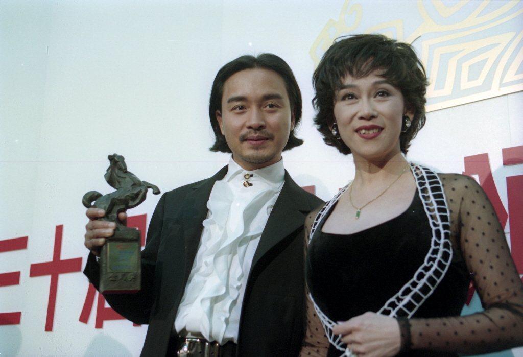 張國榮(左)勇奪金馬獎後,特別找心中偶像姚蘇蓉合影。圖/報系資料照片