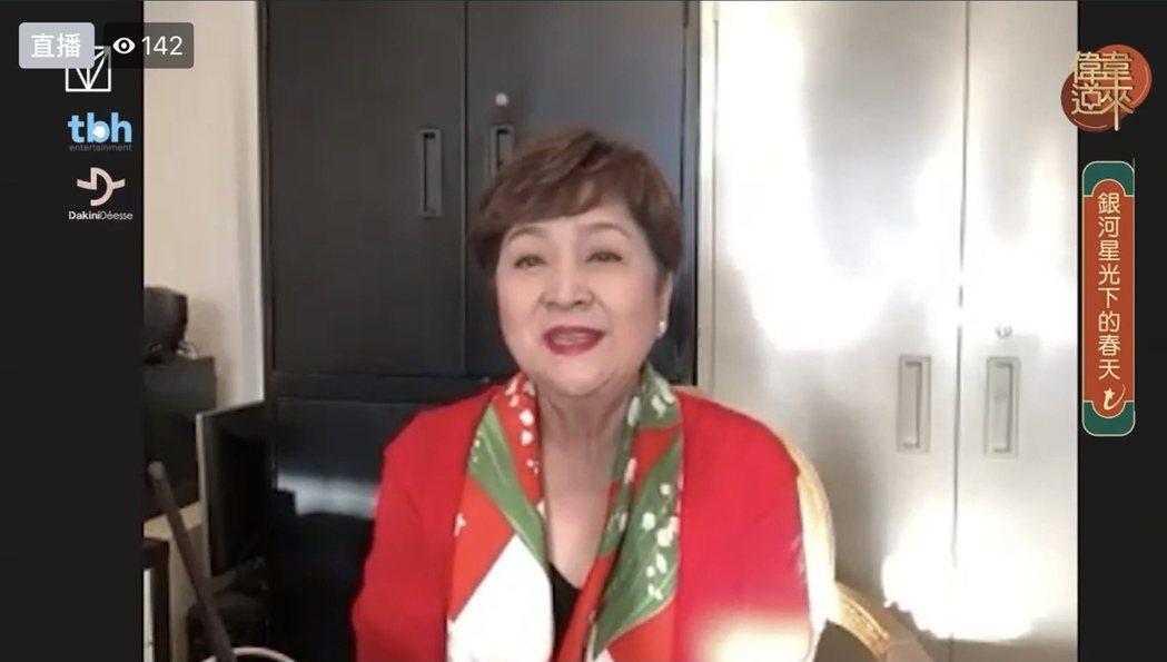 甄珍在直播節目向觀眾拜年。圖/摘自FB