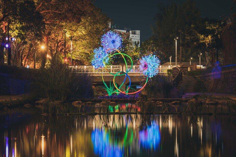 由國際藝術家蔡筱淇以不鏽鋼、鋁合金打造的藝術燈光裝置,宛如煙火在河面上綻放。圖/市府提供