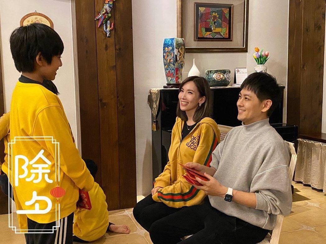 林志穎秀出大兒子kimi過年領紅包時已是青少年的模樣。圖/摘自臉書