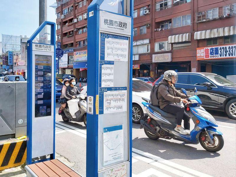 桃園市交通局近期在既有智慧站牌增設座椅,既突破道路空間限制,也提供乘客休息空間。桃園市交通局提供