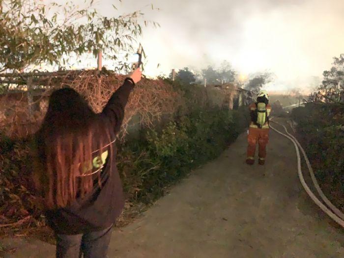 桃園市蘆竹區蘆興南路1處鐵皮工廠昨天下午發生火警,火勢雖在2個多小時內撲滅,但已經造成空汙與水汙染,環保局人員到場稽查。圖/桃園市環保局提供