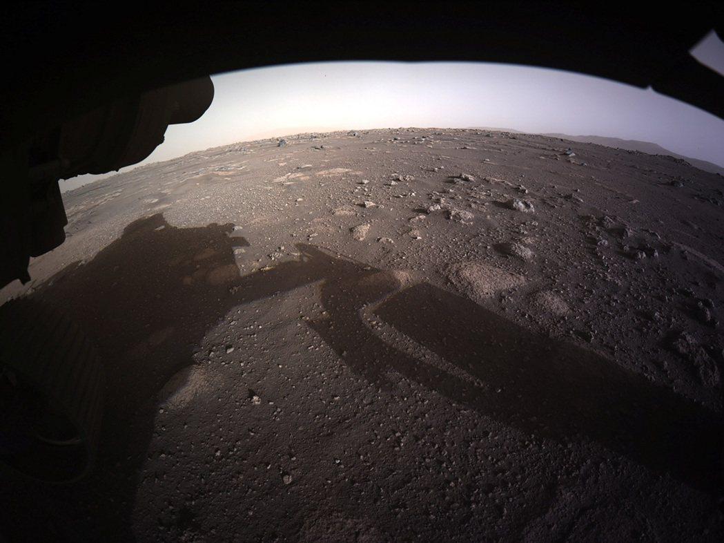 美國毅力號火星探測車18日平安著陸後,相機拍下的高解析度火星地表照片。路透/NA...