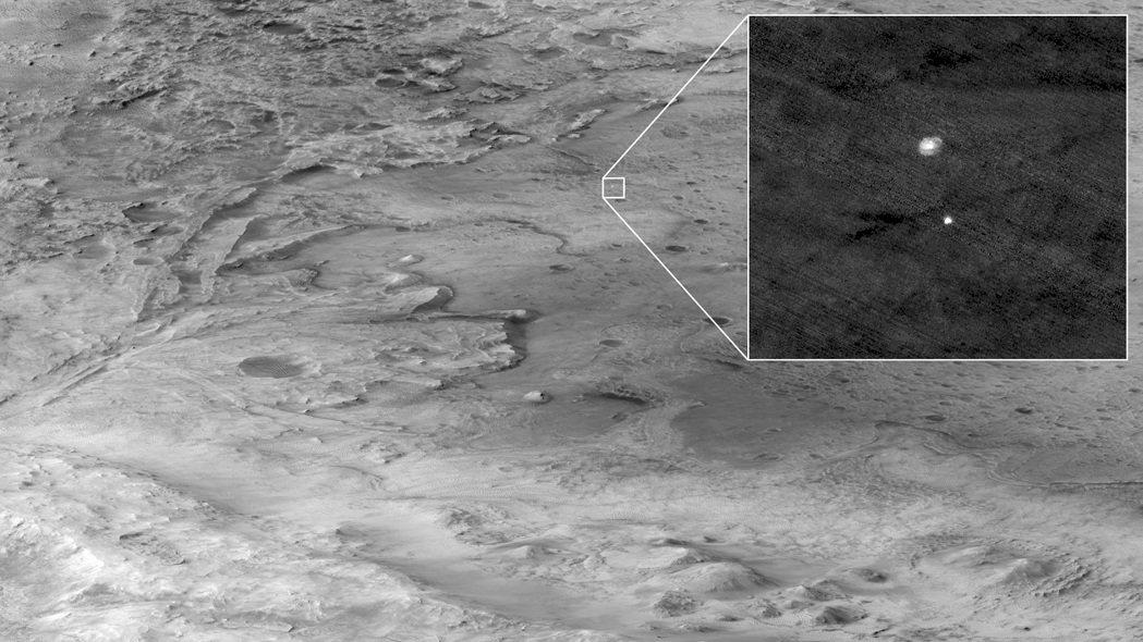 美國毅力號火星探測車18日平安著陸。這是搭載毅力號的太空艙正以秒速約3公里的速度...