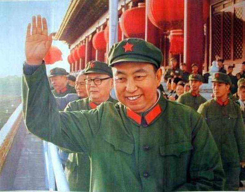 華國鋒(舉手者)1976年在毛澤東過世後接任中共中央主席,40年前遭逼宮辭任,如今在百年誕辰之際,獲「正名」機會。新華社