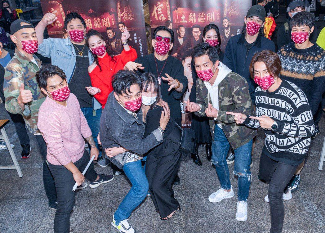 「角頭-浪流連」主創團隊前往基隆奠濟宮還願,與熱情粉絲互動。圖/巧克麗娛樂提供