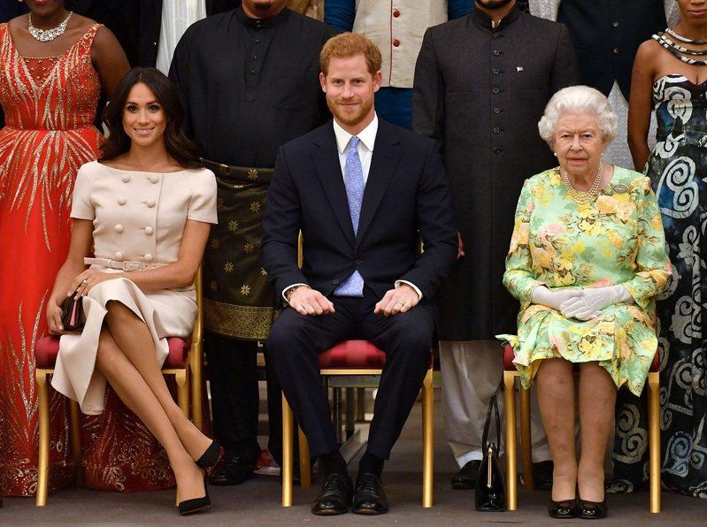 英國伊莉莎白女王、孫子哈利與孫媳梅跟何影,攝於2018年6月。路透