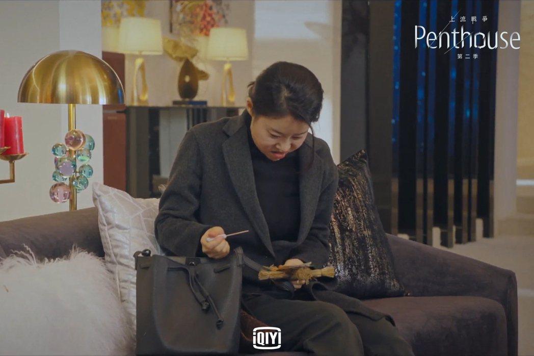 管家因為忌妒金素妍而猛扎小人。圖/愛奇藝國際站提供