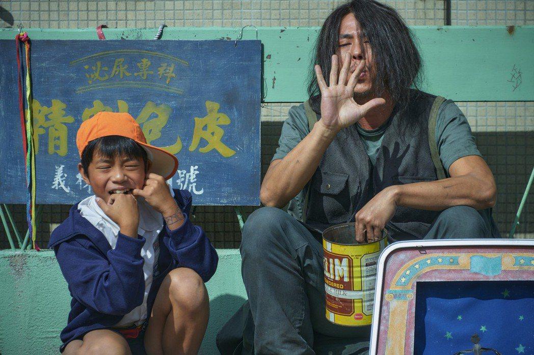 莊凱勛(右)主演「天橋上的魔術師」造型猶如流浪漢。圖/公視、myVideo提供