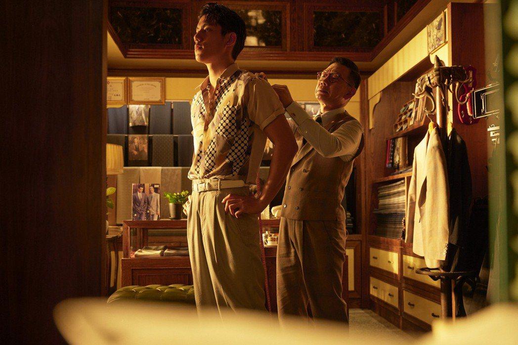 金馬港星袁富華(右)在「天橋上的魔術師」中,為朱軒洋穿上訂製西服。圖/公視、my...