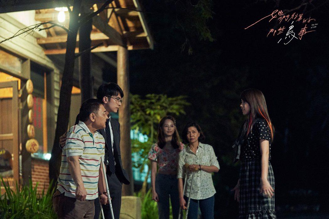 小亮哥(左)在「她們創業的那些鳥事」劇中飾演邱澤的父親。圖/可米傳媒提供