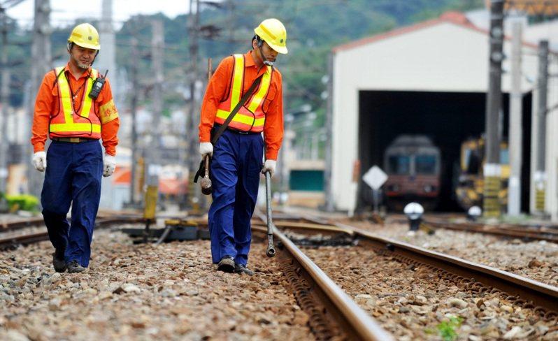 台鐵去年發生台中成功站斷軌44公分事件,交通部改善措施中包含徒步或工程維修車巡查頻率,從每周一次提升為兩次。圖/聯合報系資料照片