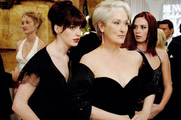 安海瑟薇因在「穿著Prada的惡魔」扮演時尚雜誌總編輯的第二助理,演藝事業大躍進,也成為好萊塢影片中「白領麗人」類型角色的招牌人選,但這部代表作卻是她拚命才爭取來,原本劇組並沒有優先考慮她,她其實是...