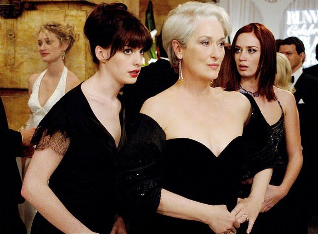 安海瑟薇(左)本來只是「穿著PRADA的惡魔」主角第9順位人選。圖/摘自imdb