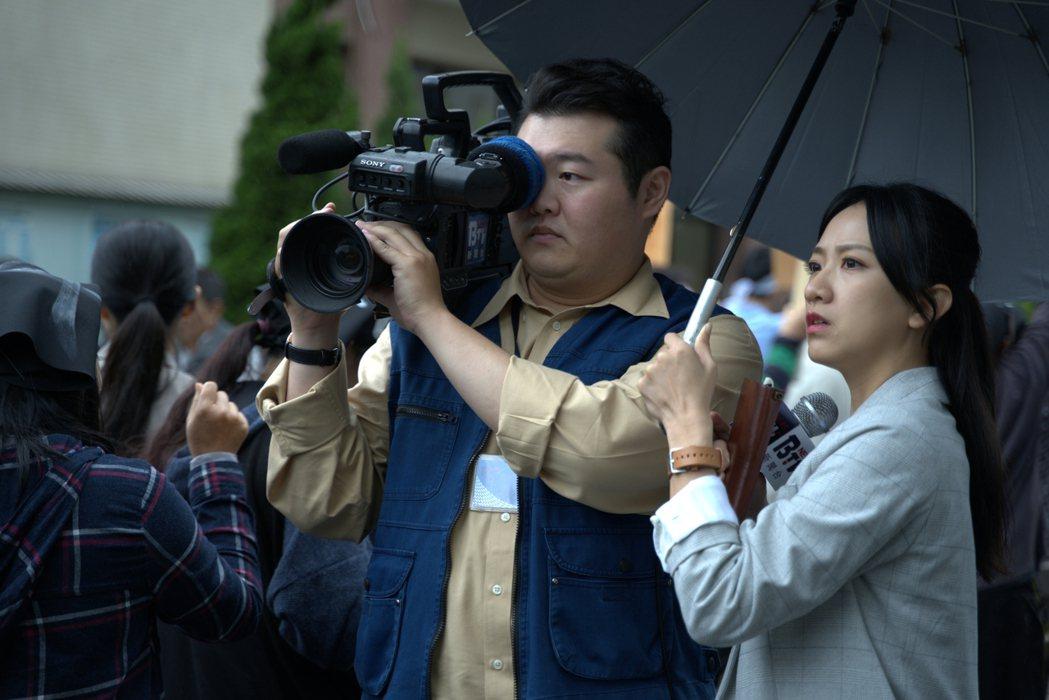 范宸菲(右)、簡建安在「國際橋牌社2」中飾演電視台記者。圖/國際橋牌社提供