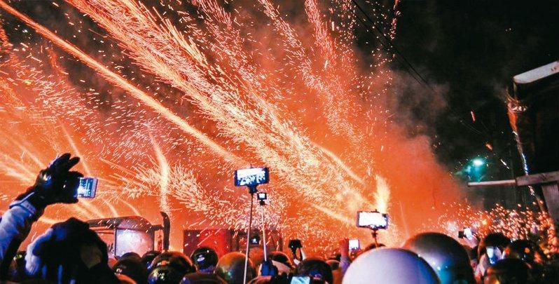 震撼力十足的鹽水蜂炮,今年將改變規模集中施放。  圖/臺南市政府提供
