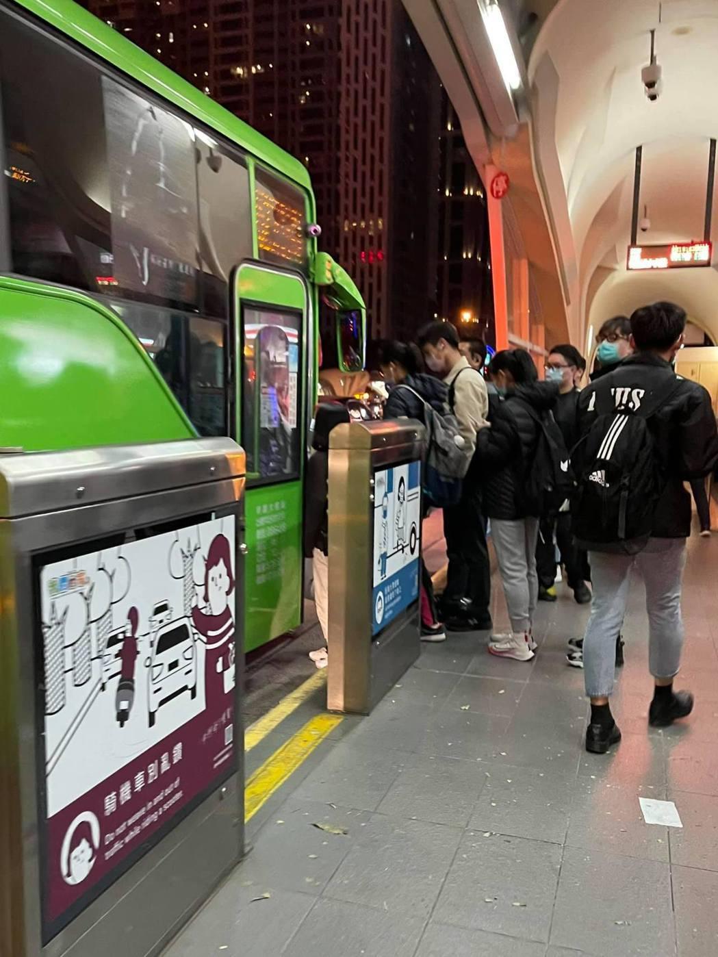 台灣大道公車專用道適用低地板公車,151、152兩路線的車種是遊覽車類型,車門與...