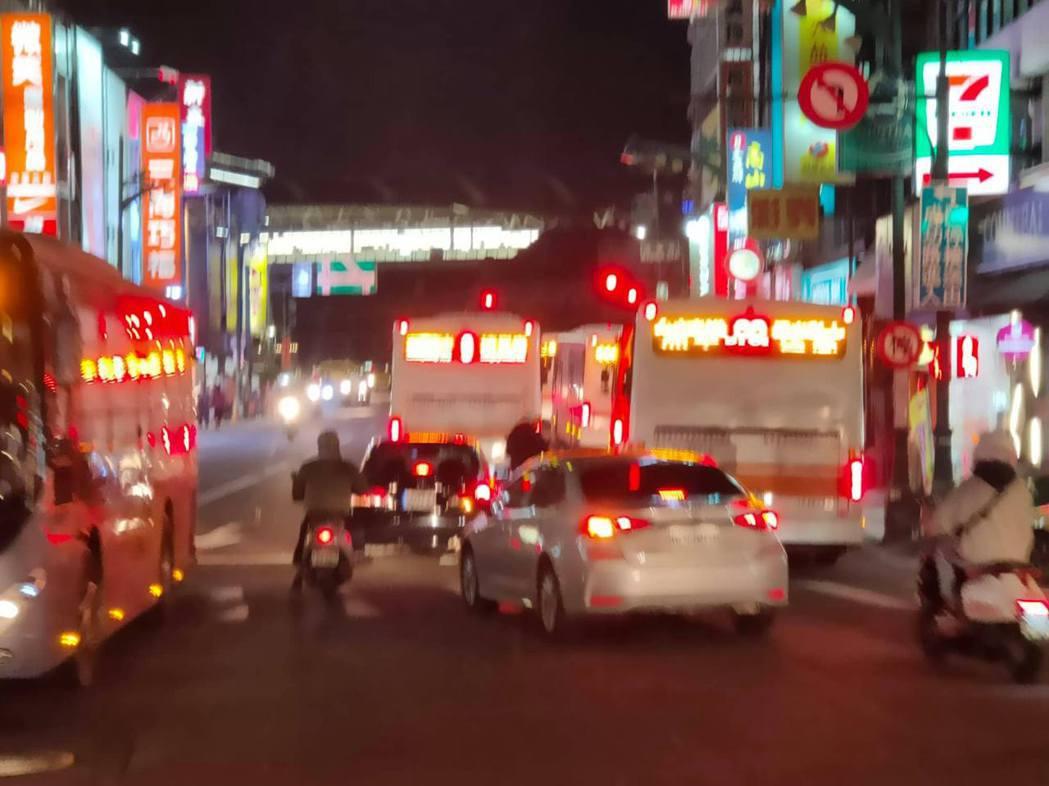 中市府交通局調整多條路線公車,進入台灣大道公車專用道,但台中火車站至五權路口,只...