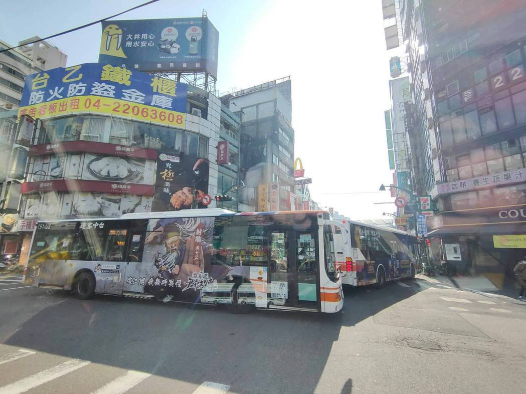 中市府交通局調整多條路線公車,進入台灣大道公車專用道,台中火車站周邊常有公車回堵...