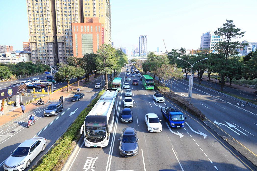 改善台灣大道慢車道塞車問題,中市府交通局陸續增加17條公車至公車專用道,但部分公...