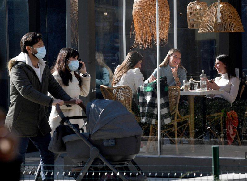 「90%的人戴著口罩是比較英俊瀟灑又漂亮」,這句話其實是有論文根據的。 歐新社