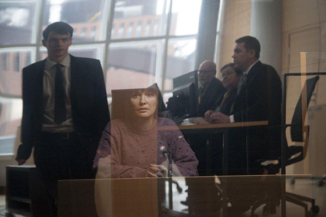 電影《女性日常》片中,受害者出庭時被迫和加害者面對面,造成二度傷害。圖/佳映提供