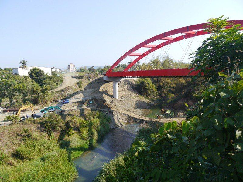 高雄壽山動物園遷移不易,內門園區朝休閒農業園區方向發展,103年至今僅建聯外道路與鋼構橋,預計今年4月完工。記者徐白櫻/攝影