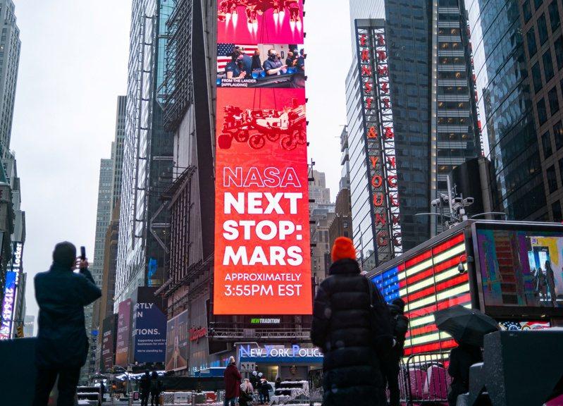NASA火星探測車「毅力號」成功降落火星,時報廣場的大屏幕下也播出歷史性的訊息。(路透)