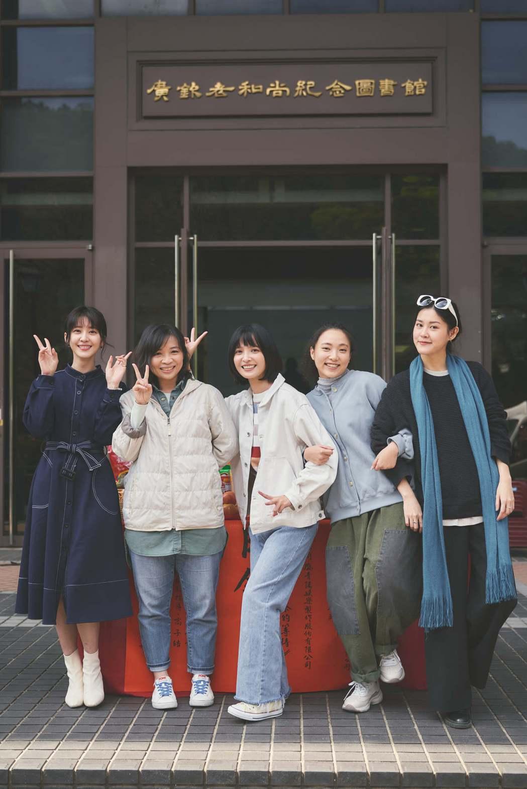 謝翔雅(左起)、導演詹馥華、吳子霏、李雪、劉宇昕出席「一杯熱奶茶的等待」開鏡儀式...